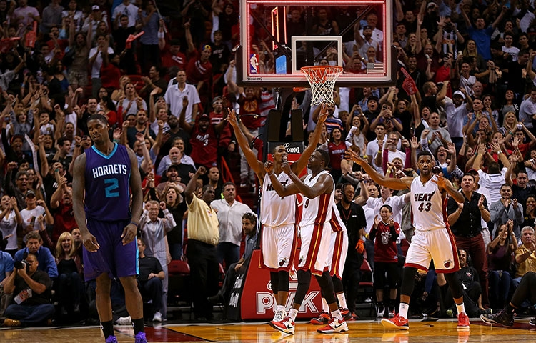 2014-2015 Miami Heat celebrating win over Hornets