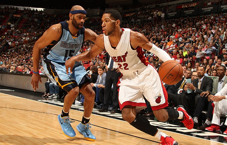 Danny Granger against Vince Carter of the Memphis Grizzlies