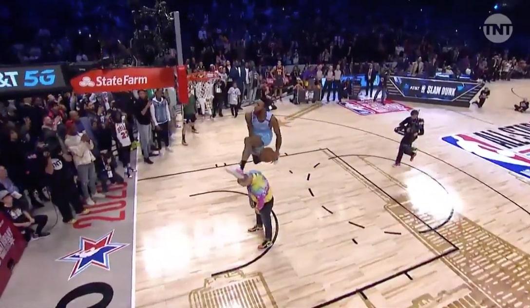 Derrick Jones Jr. Finishes Unprecedented Through-the-Legs Dunk in Slam Dunk Contest